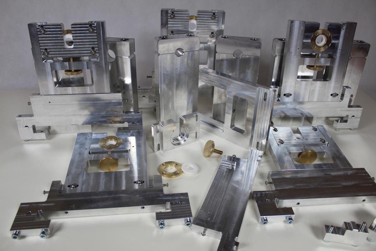 holder aluminium frezowanie CNC 02 - Realizacje detale, elementy maszyn i urządzeń, urządzenia