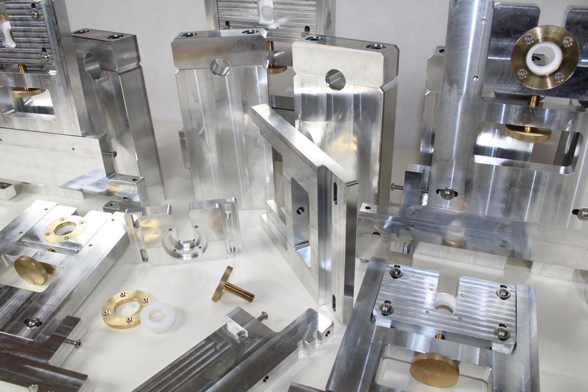 holder aluminium frezowanie CNC 05 - Oferta: wykonywanie detali, projektowanie urządzeń, maszyny i systemy automatyzacji produkcji